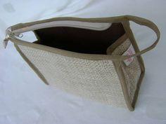 Nécessaire feita em tecido dublado e forrada com nylon.   Mede aproximadamente 21cm de largura, 14cm de altura e 7cm de profundidade. R$ 24,00