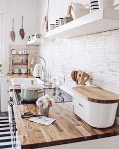 Farmhouse kitchen decoration ideas - Easy and gorgeous ways to change your cooking area with genuine farmhouse design at. kitchen on a budget 40 pretty farmhouse kitchen makeover design ideas on a budget 37 Küchen Design, Home Design, Design Ideas, Kitchen Remodel Before And After, Interior Design Living Room, Home Kitchens, Country Kitchens, Farmhouse Kitchens, Sweet Home