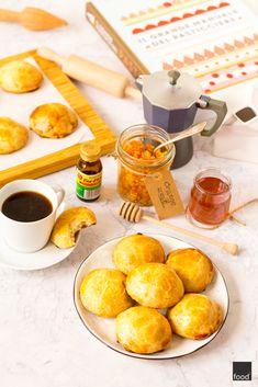 Przepis na sfogliatelle frolle - neapolitańskie kruche ciastka z semoliną, ricottą i skórką pomarańczową.