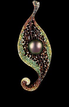 Jewellery Theatre: Jewellery Autumn Pendant,18K Yellow Gold  145 diamonds 0,72 ct  95 cognac diamonds 0,50 ct 222 yellow green diamonds 1,71 ct dark pearl Ø 12,87 mm