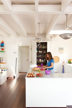 The cool white coloured kitchen built by the interior designer Thomas van Cruijsen is very practical. jkf.nl