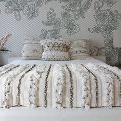 Handira :: The nuptial fabric of Morocco - MoonMag . - Handira :: The nuptial fabric of Morocco - MoonMag Plus Moroccan Bedroom, Moroccan Interiors, Moroccan Design, Moroccan Decor, Moroccan Style, Camas King, Master Bedroom, Bedroom Decor, Moroccan Wedding Blanket