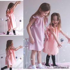 Sukienka w kolorze róż brzoskwiniowy   z falbankami na rękawach, delikatnie poruszającymi się podczas ruchu. ...