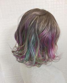 (2ページ目)髪を染めるのは面倒でお金がかかる、あまり派手な色にはしたくないけど黒髪だとなんだか野暮ったく見える…そんな黒髪女子に今人気なのが、インナーカラーを取り入れたヘアスタイルです。手軽にイメチェンできると人気のインナーカラー。今回は黒髪のアレンジを紹介していきます。 Hidden Rainbow Hair, Hair Streaks, Turquoise Hair, Hair Laid, Crazy Colour, New Hair Colors, Hair Inspiration, Your Hair, Hair Makeup