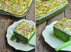 Üzeri kremalı Ispanaklı kek Ispanağın son zamanları olduğundan mıdır nedir, şu ara sık sık pişirir oldum. Bu ıspanaklı keki,çok sık yaptığımkeklerden biri ama bir türlü fotoğraflamaya fırsatım olmamıştı. Bu defa, bu yeşilin en güzel ve lezzetli halinin,fotoğrafı çekebildim:)))) Ayrıca çok çok lezzetli muhallebili kek tarifime de buradan ulaşabilirsiniz. Malzemeleri: 4 Yumurta (oda sıcaklığında) 1 BuçukRead More