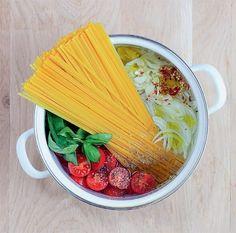Esta maravilha leva linguini, tomate-cereja, alho, cebola, azeite, pimentão e manjericão. É colocar na panela, ir mexendo aos poucos e ver a magia acontecer. Confira aqui a receita.
