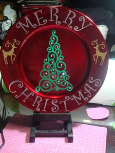 Christmas Vinyl, Christmas Plates, Christmas Signs, Christmas Projects, Holiday Crafts, Christmas Time, Christmas Ornaments, Charger Plate Crafts, Charger Plates