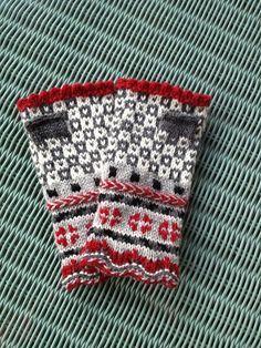 Ravelry: mcknits' latvian fingerless mitts (inspo for Seeding pattern) Crochet Mittens, Mittens Pattern, Crochet Pattern, Free Pattern, Fingerless Gloves Knitted, Knitted Hats, Knitting Charts, Knitting Patterns, Norwegian Knitting