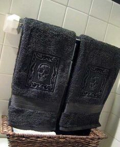 Embossed Skull Towels by Urban Threads - guest towels for the Halloween Bash. Suite Home, Diy Rangement, Goth Home, Urban Threads, Skull Decor, Gothic House, Gothic Mansion, Gothic Home Decor, Vintage Stil