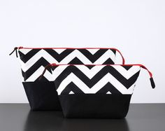 Kit Necessarie Chevron Preta Fabric Purses, Fabric Bags, Black And White Purses, Diy Clutch, Fabric Stamping, Patchwork Bags, Patch Quilt, Womens Purses, Printed Bags