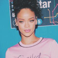 Rihanna Photos - Rihanna attends State Farm All-Star Saturday Night - NBA All-Star Weekend 2015 at Barclays Center on February 2015 in New York, New York. - State Farm All-Star Saturday Night - NBA All-Star Weekend 2015 Rihanna Outfits, Rihanna Photos, Rihanna Style, Rihanna Music, Music Pics, Bad Gal, Rihanna Fenty, Tumblr, Ex Girlfriends