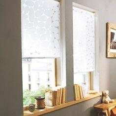 Store tamisant enrouleur blancs avec motif galets - Matière : 70% coton et 30% polyester. Un superbe store très frais qui va très bien dans une salle de bain.