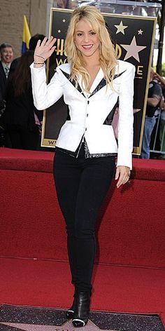 SHAKIRA    El blanco y negro no tiene que ser solo para un atuendo formal. La cantante colombiana, por ejemplo, complementó unos jeans entubados en negro, blazer blanco con detalles en negro y botines negros con una raya blanca, logrando así una vestimenta edgy en blanco y negro.