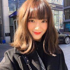 หั่นสั้นให้ได้ลุคชิค กับ ผมยาวประบ่า สไตล์ผู้หญิงเท่ผสมเปรี้ยว สวยเฉียบ ชิคกว่าใคร Asian Short Hair, Asian Hair, Permed Hairstyles, Hairstyles With Bangs, Medium Hair Styles, Curly Hair Styles, Medium Straight Haircut, Ulzzang Hair, Aesthetic Hair