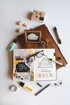 Looking for the best pens to make your bullet journal shine, and not smudge? Say no to bleeding pens - click the link above to know more! Boho Berry, Flat Lay Fotografie, Album Photo Scrapbooking, Scrapbooking Simple, Flat Lay Inspiration, Flat Lay Photos, Creating A Vision Board, Bullet Journal How To Start A, Best Pens