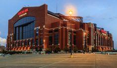 El estadio casi nuevo Lucas Oil en Indianápolis, Indiana, ofrece a los aficionados una gran experiencia. Sede de los Potros de Indianápolis de la NFL, el Lucas Oil reemplazó al RCA Dome en el 2008, por lo que se utilizaron las mejores tecnologías y técnicas de ingeniería moderna para crear un estadio increíble.