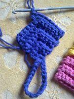 Karins bloggiblogg: Virkad Grytlapp På Tvären, Här Är Mönstret Crochet Potholders, Crochet Blocks, Crochet Stitches, Crochet Patterns, Crochet Home, Diy Crochet, Yarn Crafts, Diy And Crafts, Crochet Hot Pads