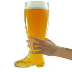 Comprar Vaso de Cerveza Bota XXL al mejor precio. Siguiendola tradición y la leyenda de las Bierstiefel alemanas, llega la bota que revolucionó el mundo del cerveceo. Por mucho que te pongas a intentar entenderlo, beber de una vieja bota apestosa solo hace que la cerveza sepa raro. Por eso, nuestra Tienda Online te ofrece un vaso con forma de bota fabricado en cristal. Pero recuerda: no te confunda y trates de meter el pie en la Bota XXL. Esta bota está exclusivamente fabricada para un fin…