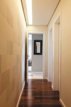 Valorizando corredor: Para receber com estilo, a iluminação na entrada da casa precisa criar impacto, mas sem incomodar. Se houver quadros, os spots com dicroicas são a melhor pedida para realçá-los. Uma parede texturizada pode ganhar importância com luz vinda de cima – efeito wall washing (lavando a parede, em tradução livre)