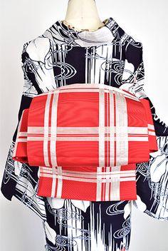 オレンジをおびた綺麗な赤に、清々しい白で大胆なチェックパターンが織り出された開き名古屋帯です。