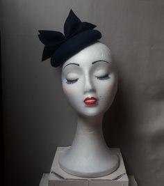 Tocado redondo fieltro lana azul marino, tocado invierno, mini boina invierno marino, tocado mujer boda invierno, sombrero azul marino boda de Lolacoqueta en Etsy