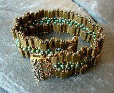 Beaded bracelet. Green and metal green patina twisted tilas. ( Mariposas Schatzkiste)