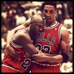 Michael Jordan enfermo en un partido brillante. Así fue al banquillo en un tiempo muerto tras anotar.