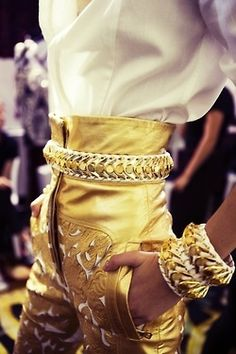 Balmain gold high-waisted belted pants with matching bracelets and a white top. I love high-waisted pants and shorts. Estilo Fashion, Look Fashion, Fashion Details, Runway Fashion, High Fashion, Womens Fashion, Fashion Design, Fashion Trends, Net Fashion