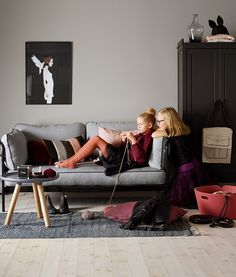 Med Jotun SENS får du ikke bare vakre farger, men du kan også være helt trygg på at det er det beste for din egen helse og innemiljø. Dette rommet er malt Jotun Lady, Hanging Canvas, Warm Grey, Modern Kitchen Design, New Room, Wall Colors, Kids Room, Couch, Interior Design