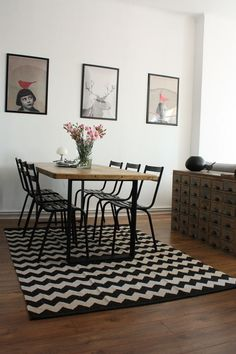 Art combined with table and chairs. Very nice Decoration Inspiration, Interior Inspiration, Interior Decorating, Interior Design, Dining Room Design, White Decor, Creative Decor, Home Living Room, Room Interior