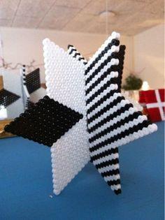 Lav de smukkeste stjerner i hama perler. Lav 2 stjerner og lad en lille række i midten af stjernen være fri for perler. Det gør du på dem ...