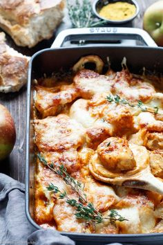 Gratinierter Schweinefilet-Apfel-Auflauf mit Currysahne | Das einfache und unkomplizierte Rezept mit Apfel ist ideal für Deine Gäste oder für die flotte Feierabendküche | #ofengericht #schweinefilet #apfel #currysahne #ausdemofen #rezept #einfachkochen | emmikochteinfach.de