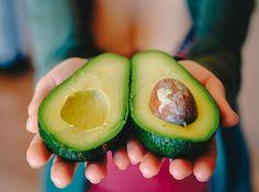 O tom, že avokádo patrí medzi najzdravší druh ovocia sme už písali niekoľkokrát. Jeho konzumácia prináša veľa zdravotných výhod, je plné živín a zároveň vynikajúcim zdrojom zdravých tukov. Väčšina ľudí po jeho rozpolení vyberie dužinu a kôstku zahodí. Ak je to aj váš prípad, vedzte, že robíte veľkú chybu.