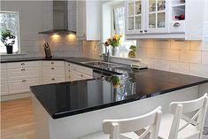 Virkeligt fedt køkken med en fantastisk flot granitbordplade. Et levende eksempel på hvorfor bordplader i granit er populært hos mange.