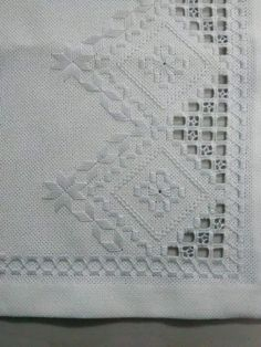 Para mantel For tablecloth Types Of Embroidery, Shirt Embroidery, Learn Embroidery, Floral Embroidery, Embroidery Stitches, Embroidery Patterns, Crochet Hook Set, Hardanger Embroidery, Bargello
