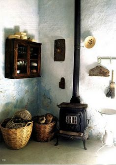 Baskets, rustic walls, little wood stove x C Vintage Stoves, Antique Stove, Stove Fireplace, Wood Burner, Wooden House, Interior And Exterior, Interior Design, Living Spaces, Living Rooms