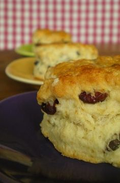 Fabuleux scones de Rose Bakery - Packt like pralines in a crushd tin box Rise Bakery, Gateau Cake, Cake Recipes, Dessert Recipes, Tea Biscuits, World Recipes, Afternoon Tea, Brunch, Food And Drink