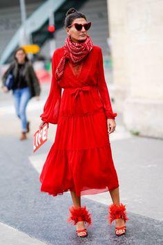 El rojo es, indiscutiblemente, el color de la temporada. Nosotras ya advertimos que este color daría que hablar al verlo tan presente en las botas, y es que está a un minuto de convertirse en un must en tu armario. ¿Cómo llevarlo? Mira nuestras propuestas.