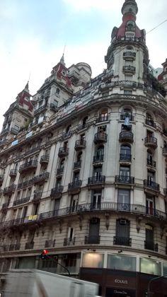 Edificio Bencich, ubicado en en Diagonal Norte al 600, en la intersección con Florida y Bartolomé Mitre. Es un edificio distintivo de la arquitectura ecléctica porteña, que resalta por su volumen y por sus altas torres de tono rojizo. Buenos Aires, Argentina.
