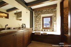 Baño con paredes de piedra y vistas en una casa en Cereja, Llivia, Cerdanya. http://www.engelvoelkers.com/es/cerdanya/llivia/cereja/armoniosa-rehabilitaci%C3%B3n-en-cereja-llivia-w-018yoj-2097811.966528_exp/?startIndex=18&businessArea=&q=&facets=bsnssr%3Aresidential%3Bcntry%3Aspain%3Brgn%3Acerdanya%3Btyp%3Abuy%3B&pageSize=10&language=es&elang=es