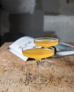 Perfekt bryllupsgave #gjørnoenglad med  Champagne glass 2pk Ripple fra @fermliving Nydelige munnblåste glass med vertikale riller som skaper et raffinert og sterkt uttrykk. Glassene kan vaskes i oppvaskmaskin. #tingbutikkene #gavetips #scandinaviandesign Scandinavian Design, Champagne, Tableware, Instagram, Dinnerware, Dishes