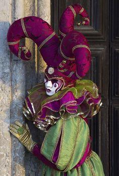 Harlequin: Jester, Carnival in Venice. Venetian Carnival Masks, Carnival Of Venice, Venetian Masquerade, Masquerade Ball, Venetian Costumes, Carnival Fantasy, Jester Costume, Costume Carnaval, Carnival Costumes