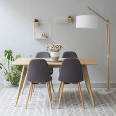 Mesa de madera en tono natural