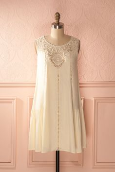 Les ballades à travers les champs de bleuets ont de nombreuses vertus poétiques.  Walking through the blueberry fields, she thought about an old poem she liked when she was younger. Ivory ruffled hem lace neckline dress https://1861.ca/collections/products/ovanie-cream