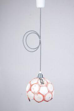 Eine Lampe Mit Eigener Spielgeschichte! Alle Lampen Werden Aus Ausgedienten  Fußbällen Hergestellt. Innen Ist