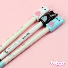 Cute ballpoint pen decorated with a lovely cat on the top. Perfect for cheering up your day at school or office. Available in 3 different colors.