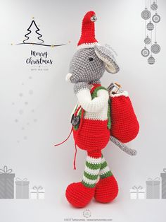 Roger is a sweet Christmas mouse with his alpine-style suit and his bag of gifts conquers our hearts ♥ How to describe our little one? Well, for us it's ver