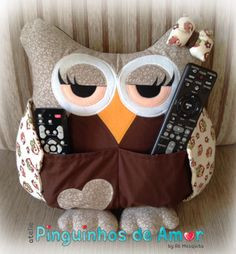Almofada Porta Controle Remoto Medida aproximada de 38cm (comprimento) X 35cm (altura). Com ziper na parte de trás. Owl Sewing, Sewing Crafts, Sewing Projects, Owl Crafts, Diy And Crafts, Owl Pillow Pattern, Remote Holder, Pillow Pals, Owl Cushion