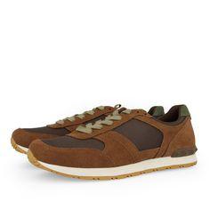 Sneakers de hombre en chocolate. Cierre con cordones. Corte combinado en piel y textil, forro y plantilla en textil. Las zapatillas que nunca pasan de moda.
