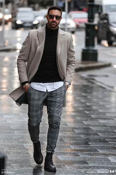 Erfahre welche Teile dazu passen! Casual Chic Herren Outfit. Schickes Outfit mit karierter Anzughose, Hemd, Rollkragenpullover, Mantel und Lederstiefel. Ein lässig-eleganter Look für die Freizeit. Erfahre welche Teile dazu passen! Outfits für Männer mit passenden Teilen bei Favorite Styles. #favoritestyles #mode #fashion #outfit #männer #herren #style #stil #männermode #herrenmode #mensoutfit #mensfashion #ideen #inspiration #casual #chic #lässig #freizeit #winter #grau #schwarz #weiss #mantel